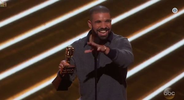 Drake Squashes Beef & Calls Out Fake Friends In Acceptance Speech [VIDEO]