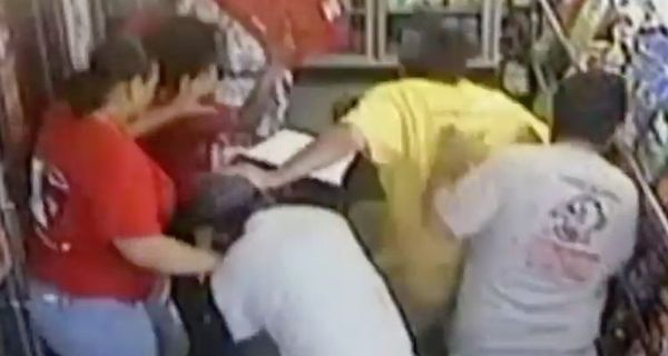 [Watch] Alleged Killer Robs Circle K, Take Hostages & Then Gets Beat Down By Them