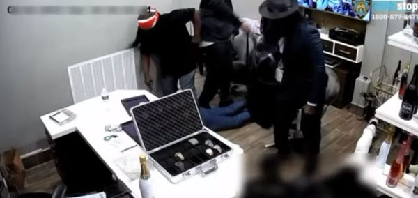 Watch Avianne & Co. Jewelers Get Robbed In Broad Daylight